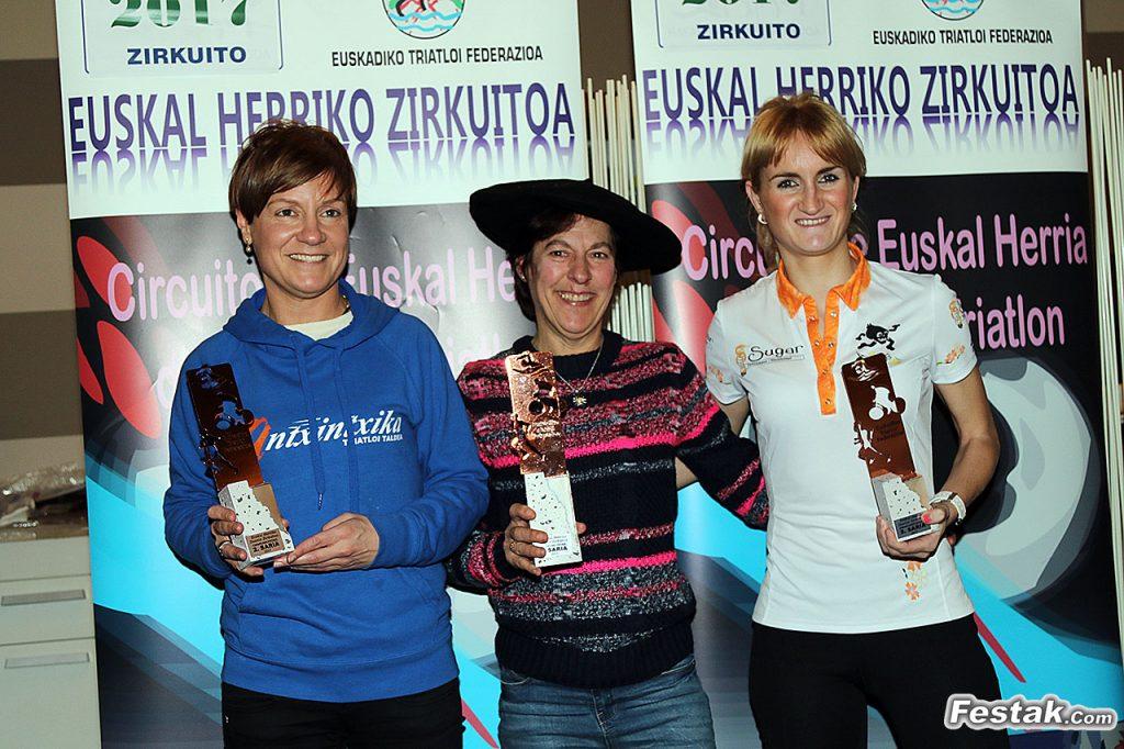 A la derecha Oihana, en su 3er puesto de la categoría Absoluta femenina en el circuito de Duatlón de Euskal Herria